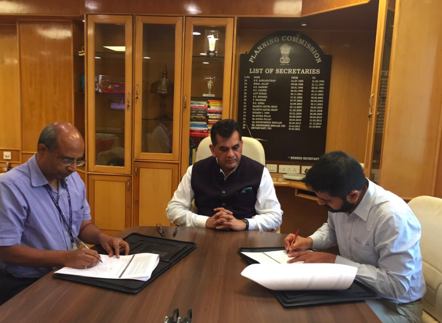 IDinsight Partner, Ron Abraham (right), signs an agreement with NITI Aayog, the policy unit of the Indian government to expand IDinsight's work innovative data-driven policymaking work.