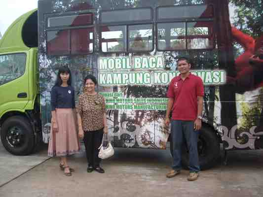 Kampung Konservasi bus with Togu and Mrs. Aulia Reksoatmodjo