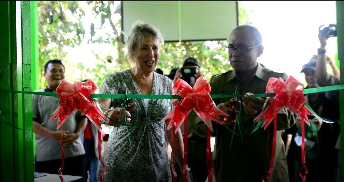 Cutting the ribbon to mark the opening of the Information Centre.