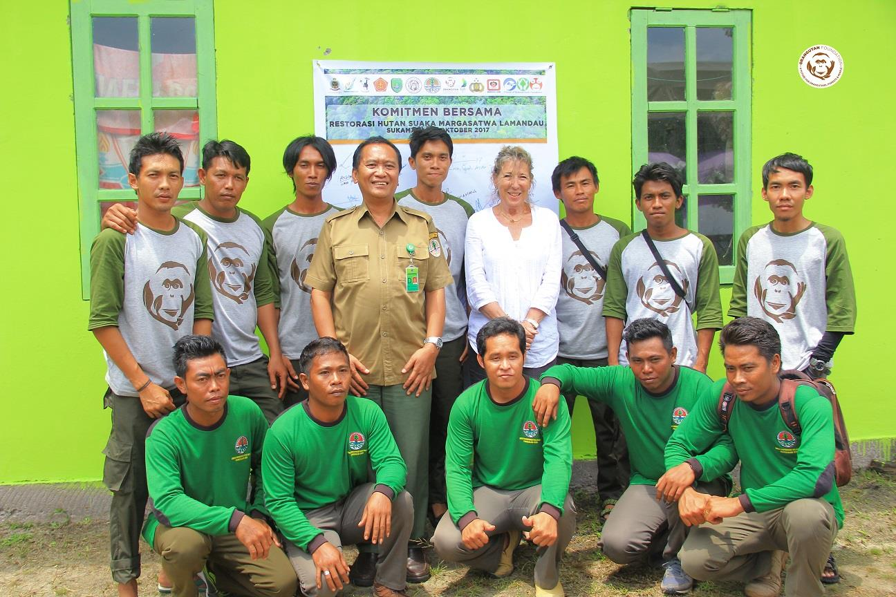 Staff from two of the guard posts in the Lamandau Wildlife Reserve with Ashley Leiman OBE, Director of the Orangutan Foundation and Bapak Adib Gunawan, Head of BKSDA Kalteng. Image© Orangutan Foundation.