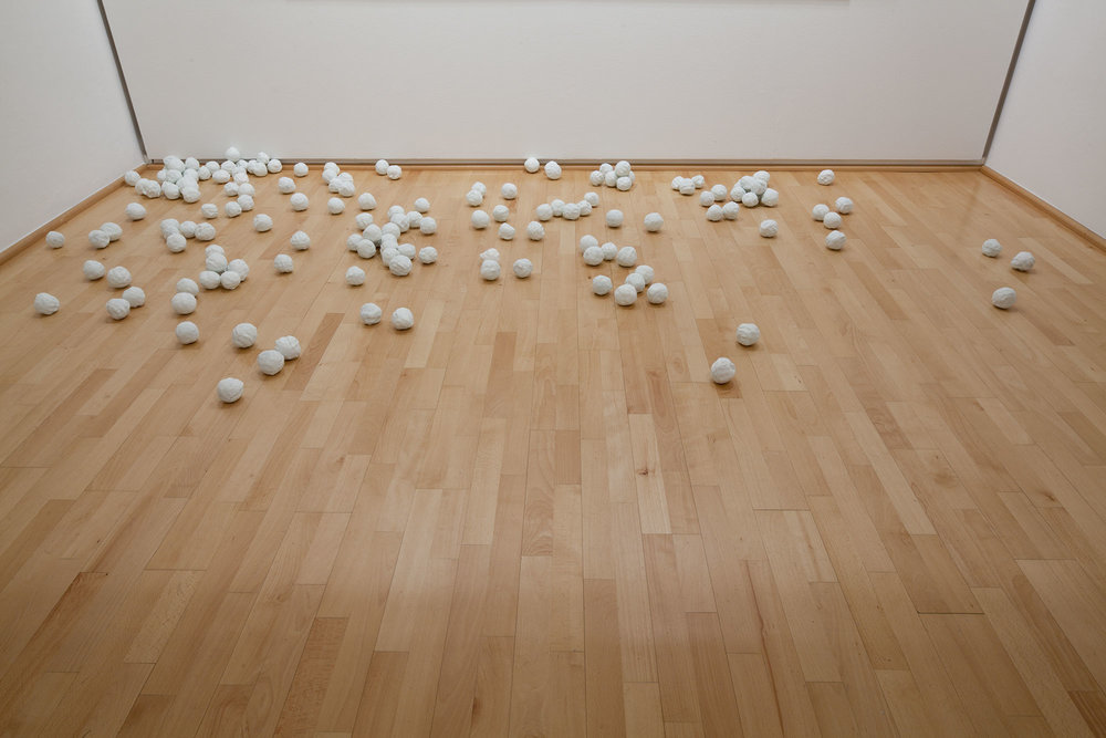 Not Vital   170 palle di neve,  2007 Bronzo, patina bianca 170 elementi, diametro ca. 7 cm ognuno Acquisto 2007, finanziato tramite vendita del Multiplo  300 palle di neve