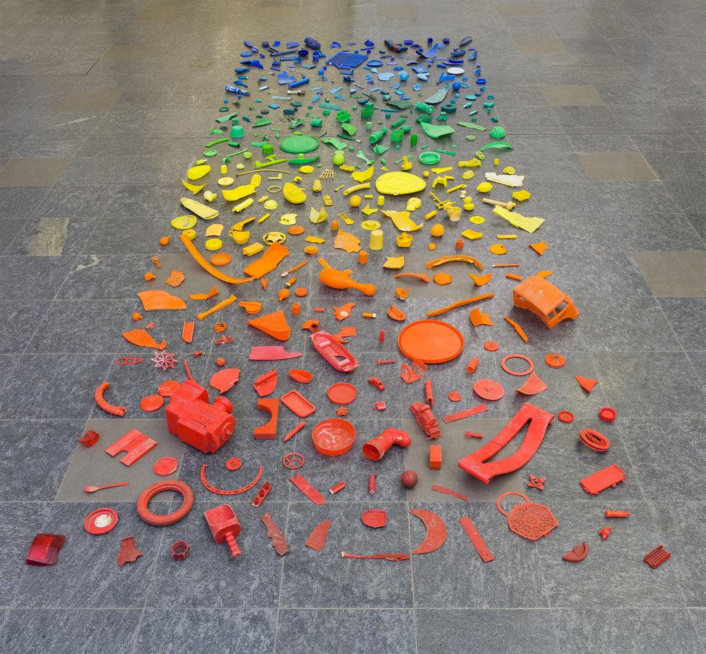 Tony Cragg  New Stones Newton's Tones,  1979   Frammenti di plastica trovati Acquisto 2013   ESPANDI