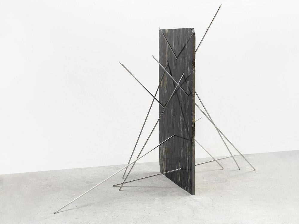 Alicja Kwade  StillStand (Sterne rauchend), 2018  Granito nero cosmico e acciaio inossidabile  193 x 109 x 240 cm 147 kg Peso  Acquisto 2018   ESPANDI