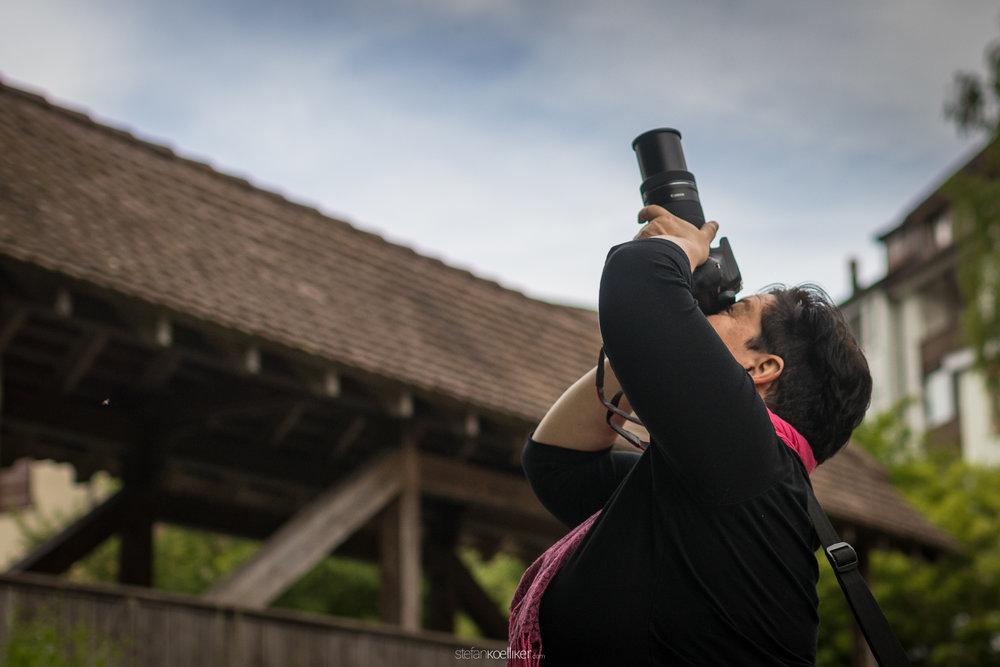 Ladina holt mit dem Canon 55-200mm Telezoom die Blätter über ihr nah ran