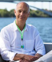 Anders Olsson - Medveten AndningAnders är grundare av Medveten Andning. Han har utbildat hundratals Andningsinstruktörer och hjälpt tusentals människor uppnå stora förändringar i sina liv, bara genom något så enkelt som att förbättra sättet de andas på. Han älskar att träna och sprang en gång ett halvmaraton med silvertejp över munnen, bara för att visa att det är möjligt att springa och endast andas genom näsan.www.medvetenandning.se