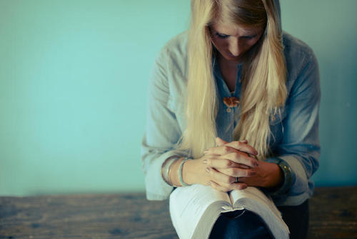 30103_Woman_praying_with_bible.jpg