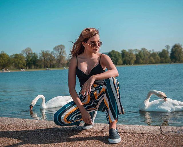 🎥YouTube: Caros Editorial This is one of the many outfits for summer from my latest video! You can find the link on my bio 😉 Happy Weekend btw! . Este es uno de los muchos outfits para el verano que están en mi último vídeo!  El link está en mi perfil, no se lo pueden perder 🤷🏼♀️ Feliz finde! 📷 @ollielythe_ph #CarosEditorialTravel #hydepark #london_city_photo #swan #outfitideas #outfitinspiration #summeroutfitideas #summerstyle