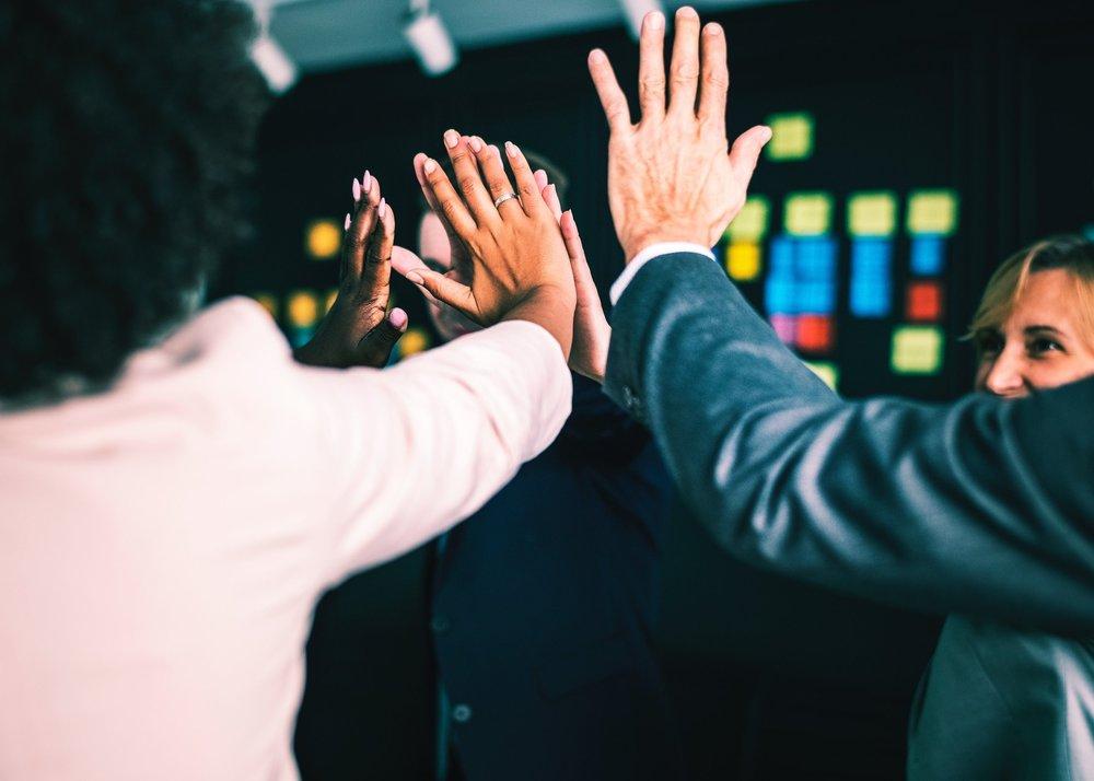 3. Innovation sociale et capital humain - Les innovations sociales et RH sont le socle de la transformation culturelle et organisationnelle de l'entreprise, de sa performance et durabilité. Nouveaux modes de travail (intelligence collective, créativité, design thinking, nouveaux espaces…), nous devons valoriser la plus importante ressource de l'organisation: son capital humain.