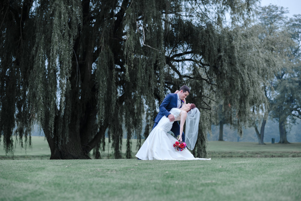 Cog Hill Golf club wedding bride and groom kissing in front of willow tree