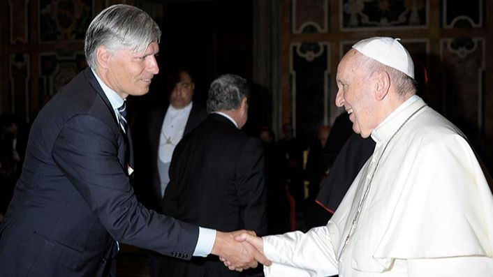 Above: H.E. Ola Elvestuen, Norwegian Minister of Climate and Environment, briefs His Holiness Pope Francis on the Interfaith Rainforest Initiative.