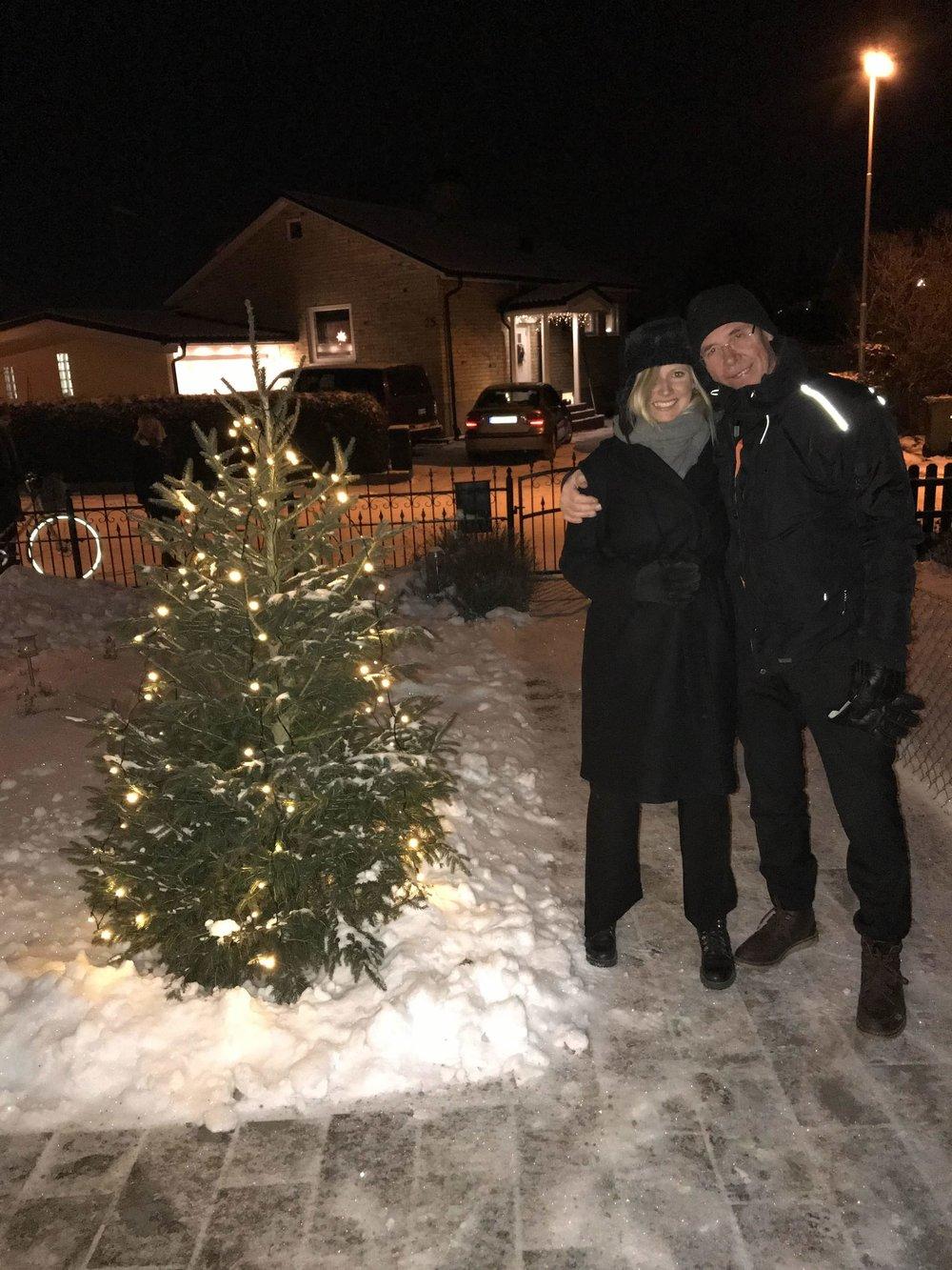 Jag och Pappa uppställda bredvid granen, påväg mot Nilla för att äta mer julmat.