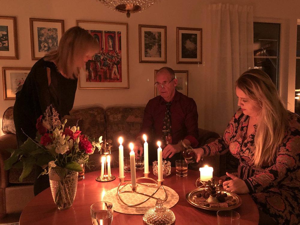 Emma fixar jule-drinken och Pappa försöker laga Änglaspelet - som även detta år, enligt tradition, vägrade plinga.