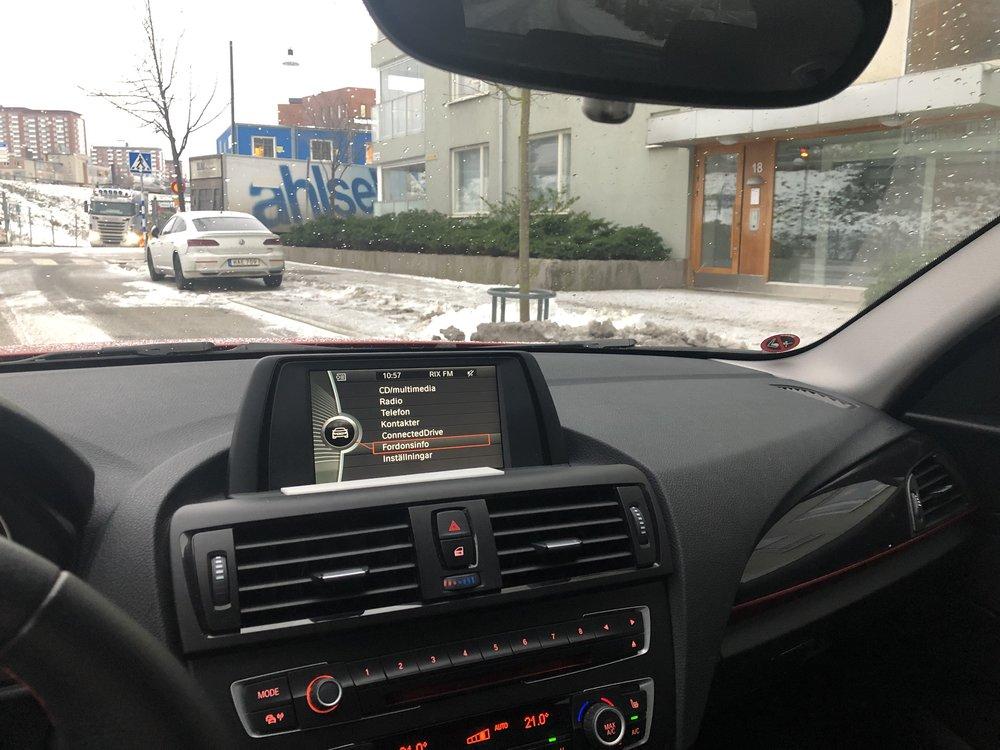 Hade ju slut på batteri i bilen också eftersom den stått still en månad. Fick därför köra 10 varv runt kvarteret för att ladda upp det igen. Hoppas den startar nästa gång…