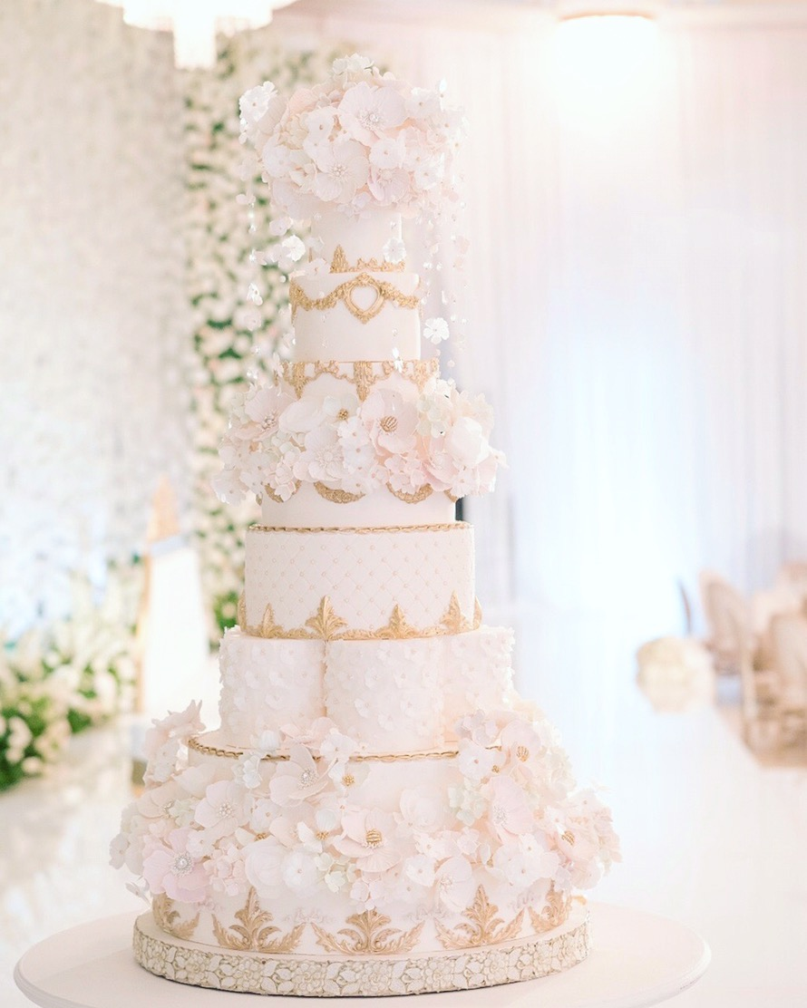 http://www.thecaketress.ca/wordpress/towering-haute-couture-dubai-designer-top-wedding-cakes/