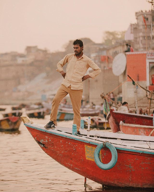 But do you look this cool when you're waiting for people to get on your boat? 🤔 Varanasi, India. // 📸: @arnelle // #imonaboat #varanasi #india #ganges #gangesriver #ganga #boatman