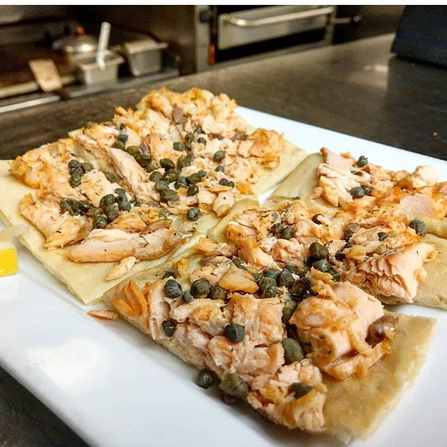 #salmon #pizzette with #handtossed #flatbread #nomnom #yummy #getinmybelly #eatfresh #eatlocal #nomnomnom #yumyum #instayum #instagood #instafood #itscoldoutside #beechies #food