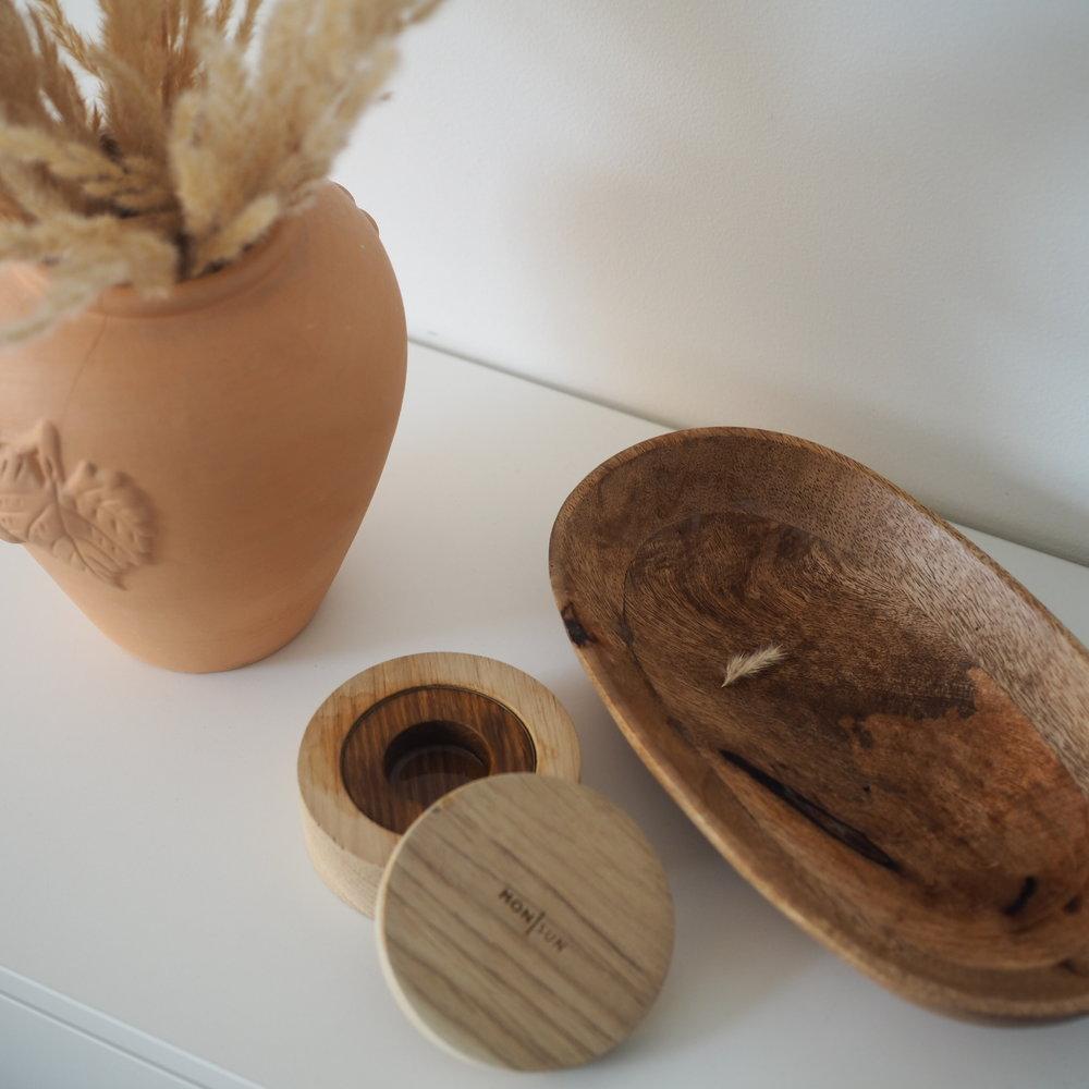 Wooden hours calming oats room diffuser , duftkrukke med lokk lagd av eik som sprer beroligende duft av blant annet sjasmin og fiken. Jeg flytter denne rundt i huset, og har den både med på soverommet, badet og stua. Den sprer akkurat passe med duft, og det liker jeg.