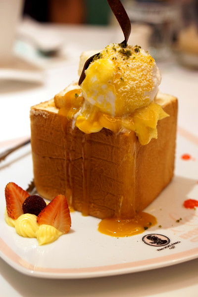 Dazzling Cafe Singapore, Capitol Piazza - Mango and Coconut Gelato Honey Toast