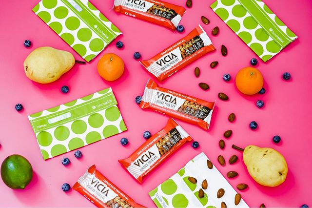 Giveaway! Win a month's supply of @viciaenergybar + @lunchskins plastic-free bags. • To enter, just like this post, follow @viciaenergybar + @americanglutenfree+ @lunchskins • And, you can tag friends for extra entries, one tag per comment, please. Every tag is an extra entry. For a bonus entry, share this photo (or one of this #giveaway from our story) to your story. For an extra entry, comment why you eat dairy free and/or gluten free. • Not endorsed by Instagram. Closes 1/21/19 at 7pm MST. • • • • • #glutenfreedessert #glutenfreedairyfree #lunchideas #abmlifeissweet #denverblogger #foodallergymom #ecofriendlygifts #flashesofdelight #ecofriendlyproducts #newyearnewme #plantbasedkids #kidfriendly #glutenfreegiveaway #motherhoodinspired #motherhoodunited #glutenfreedairyfree #win #energybar #motherhoodthroughinstagram #celiacdisease #whatceliacseat