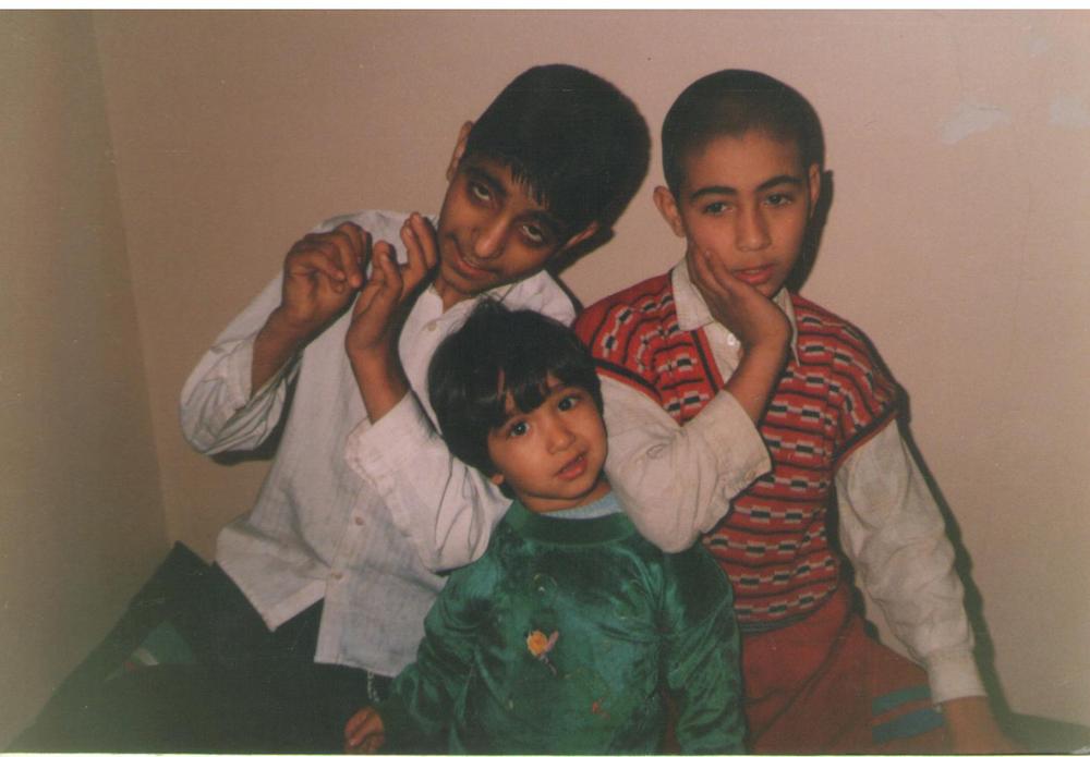 Majid mit Familie. Majid ist in der Mitte