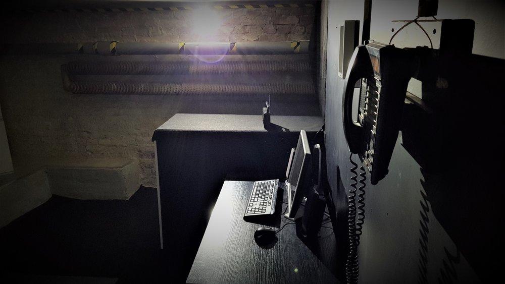 """Escape room: przygoda czeka - Escape roomy, zwane po polsku również """"pokojami zagadek"""", to wyjątkowa, coraz popularniejsza forma rozrywki dla wszystkich poszukujących nowych wrażeń, przebojem zdobywająca serca miłośników przygód i tajemnic. Pozwalają oni zamknąć się w wybranym pokoju, by następnie spróbować się z niego uwolnić, rozwiązując znajdujące się w nim zagadki."""