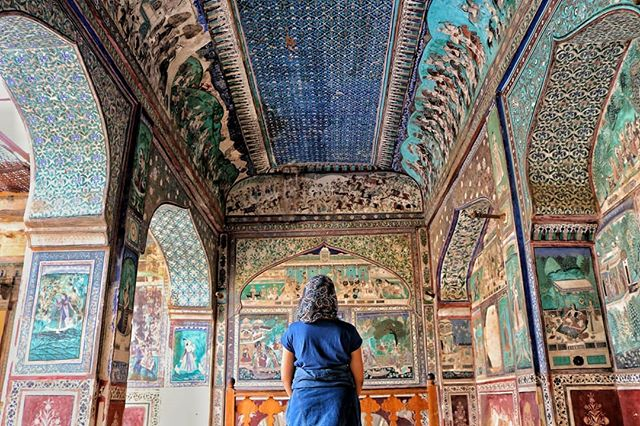(Continued from last post) ⤵️ Walking down the blue havelis, the ancient gates, the tiny lassi shops, and some hippie cafes, we were all spun in the hidden mystic of Bundi.  From the outside, it seemed like any other small town in Rajasthan, but from what it felt within... is a homework I am yet to finish. • Meandering through the narrow lanes drenched in the slow pace of this ancient town, we walked into the Taragarh Fort Palace, which sat beautifully, hugging the hill.  We walked uphill just as the Sun rose in the backdrop, sweating our armpits. But nothing could take away the mystic that had subtly started unraveling itself.  Towards, the top of the fort palace, we walked into a room of all hues blue, teal, cyan and green only to comfortably camouflage with the vivid setting. Inside. Out. • In the frame - Walking awestruck into a room that had a magical spell of colours extracted from vegetables, flowers and leaves. • #ladiesgoneglobal #wearetravelgirls #dametraveler #sheisnotlost #sidewalkerdaily #globaltravels #citizenfemme #currytraveler #girlgetters #girlsthatwander #timeoutsociety #thetravelwomen #GTGI #indiantravelblogger #digitalnomads #digitalnomadlife #digitalnomadism #digitalnomadgirls #womendigitalnomads #remotework #remoteworking #remoteyear #remoteworker #workfromanywhere #femaleblogger #travelandwork #digitalnomadwomen #femaletravel #femmetravel #travelandlive