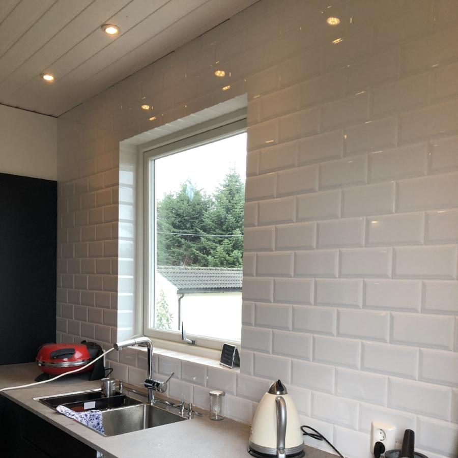 Happy med fliser på vegg og rundt vindu