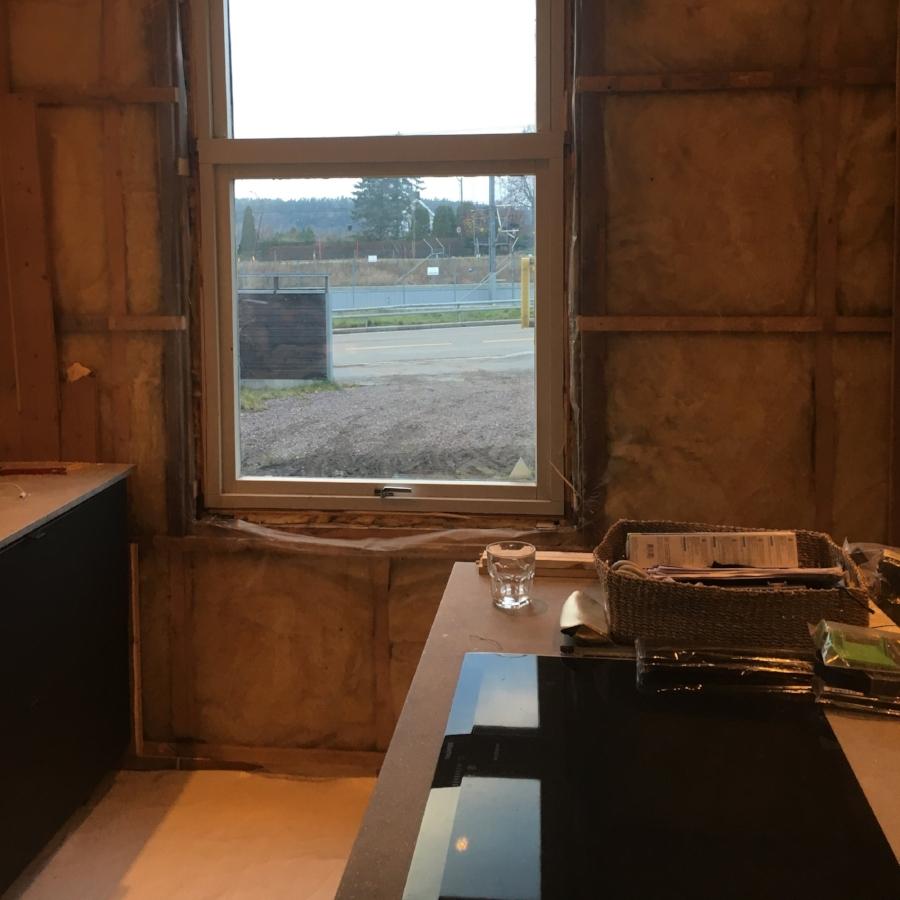 Panel fjernet på kjøkkenvegg før montering av dør