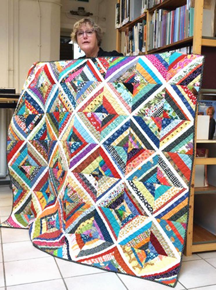 web_Linzee sharing string-pieced quilt for workshop in Netherhlands.jpg