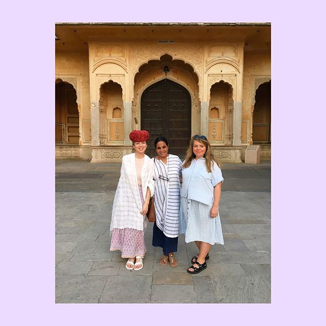 Posé Posê on tour! We're in Rajasthan, India with the most amazing guide and textile expert @pragatimathur18 💫 The schedule is tight as we're many visiting textile (and not only) production places but we manage to squeeze in time to see beautiful heritage sights of Jaipur. Greetings from The Pink City!🇮🇳 #poséposêontour #visitindia #jaipur