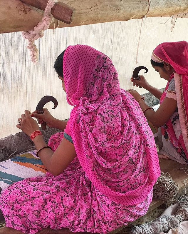 Yesterday we had an amazing trip to the weaver's villages around Jaipur. Most of the artisans are women that make some of the most detailed and high quality hand tufted rugs. So much inspiration! 🇮🇳#poséposêontour #india