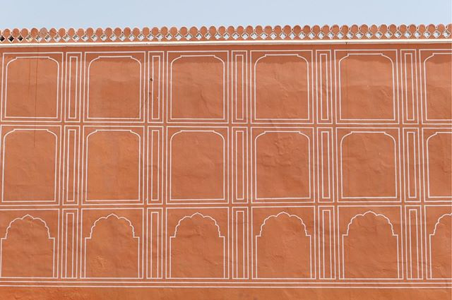 The pink walls of the Jaipur City Palace agains cloudless light blue sky ☀️ #mondayinspiration