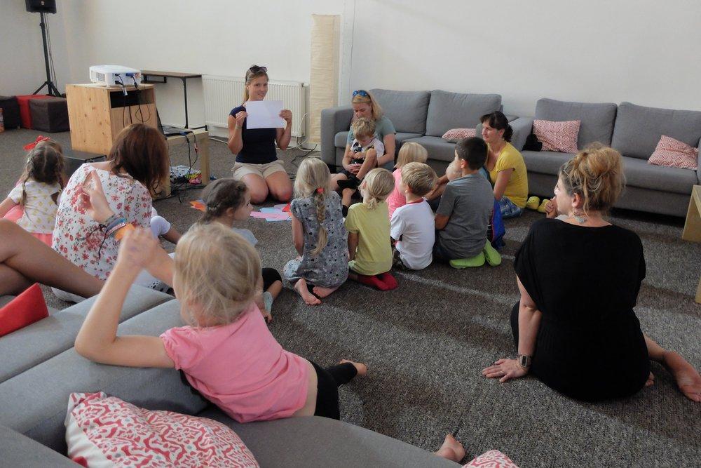 Rodiny - Abychom pomohli rodinám, snažíme se poskytovat účinnou pomoc rodičům při výchově dětí, posilovat zdravý rodinný život a v neposlední řadě nabízet jejich dětem možnost učit se anglicky už od raného věku.