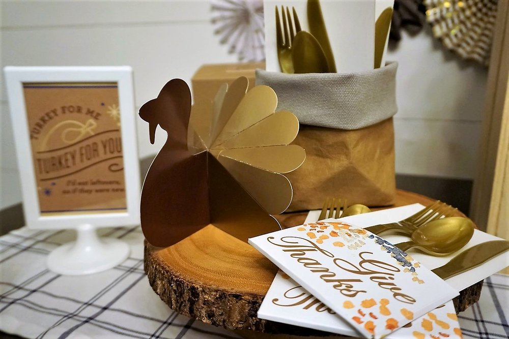Include plastic silverware for guests to take home as a part of your Thanksgiving leftover bar. #thanksgiving #friendsgiving #thanksgivingleftovers