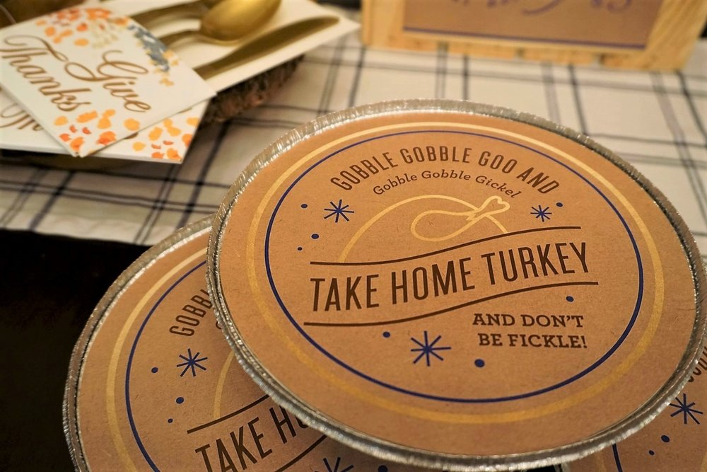 Add printables to dollar store pie tins for an easy Thanksgiving leftover container. #thanksgiving #friendsgiving #thanksgivingleftovers