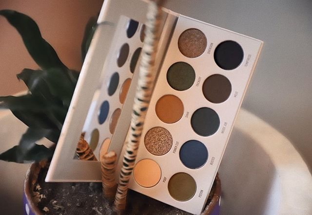I want to love this dark magic palette from @morphebrushes and @jaclynhill but I cannot get the matte shades to blend seamlessly into each other! Anyone else with this palette having issues with blending and patchiness?! 🖤