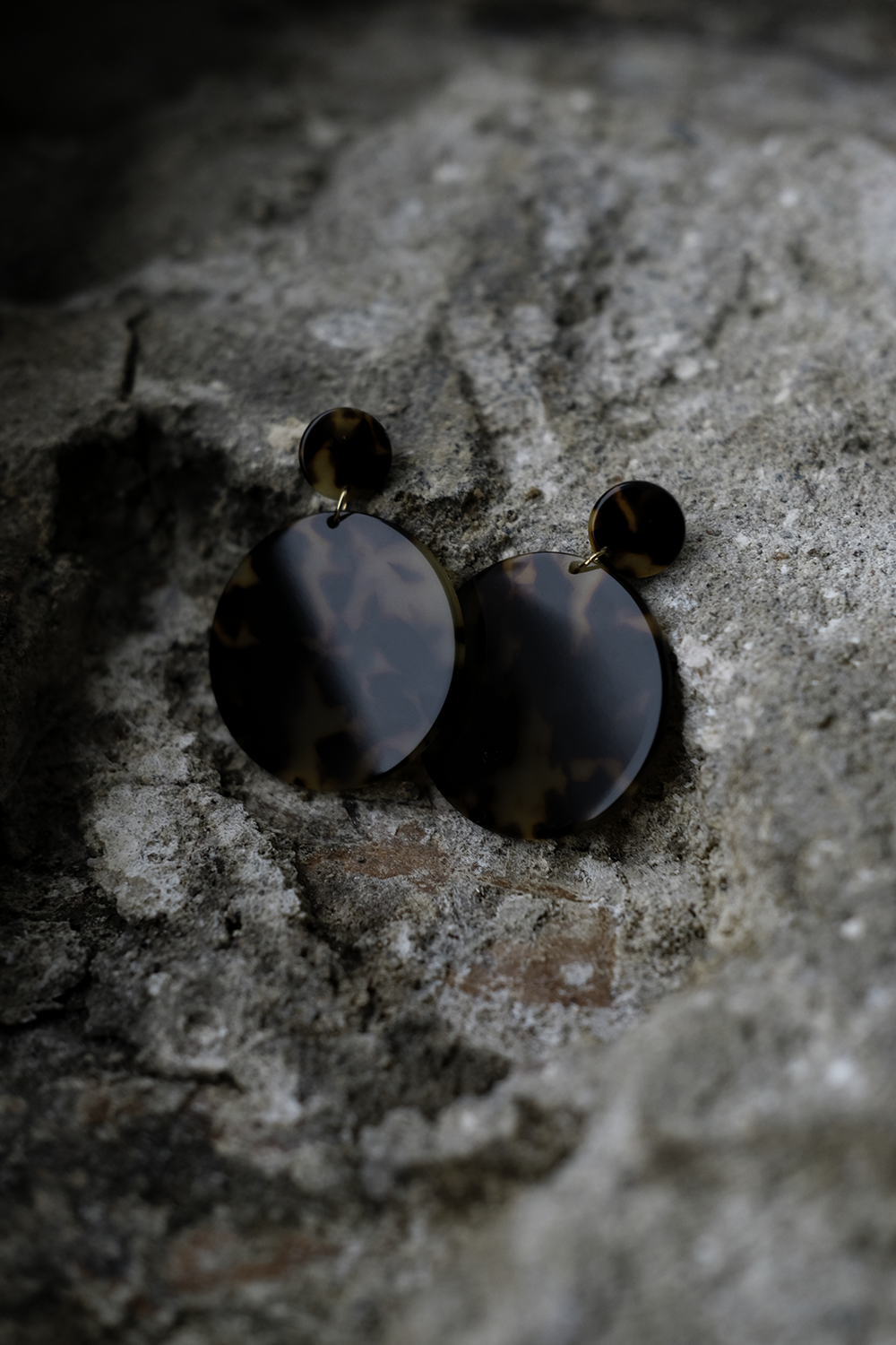Anca disc earrings in cellulose acetate. Small disc diameter 15mm and large disc diameter 45mm. Price 48€