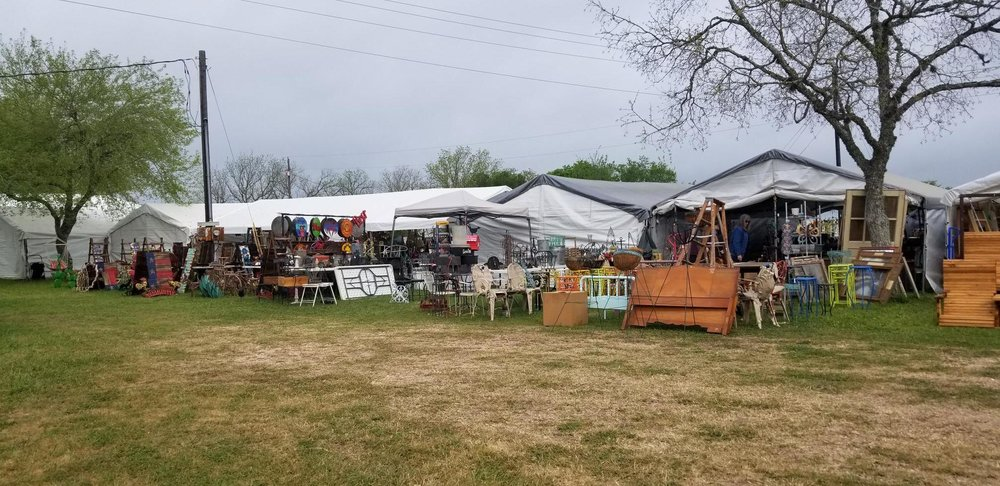 """A typical flea market """"field"""" in Warrenton, a few miles west of Roundtop, where the pickers and higher-rent dealers shop."""