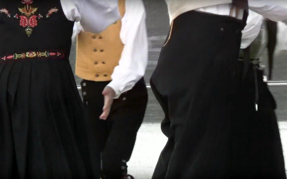 768.SEKSMANNSRIL / Norway - SEKSMANNSRIL translates to 6-man Reel and is a bright, lively 3-couple set dance. As with several other folk dances of similar nature in Norway, it is generally considered to have been an import from Scotland centuries ago, but over the years has acquired a typically Norwegian character.