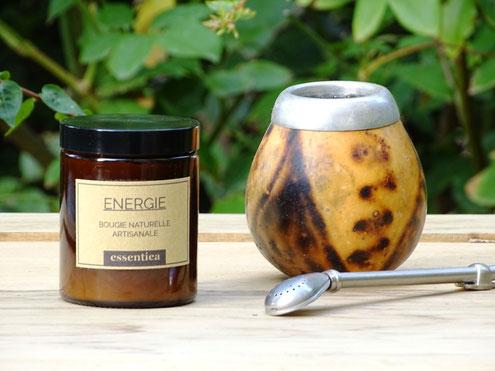essentiea-bougie-énergisante-aux-huiles-essentielles-biologiques-de-lavandin-basilic-sacré-romarin-à-cinéole-et-encens-oliban.jpg