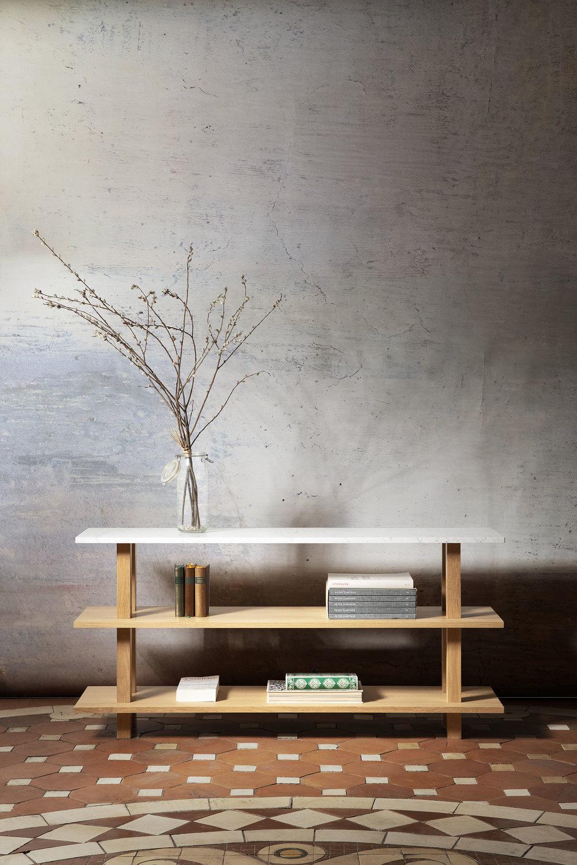 Console en chêne massif huilé pour le salon avec top en marbre blanc de carrare