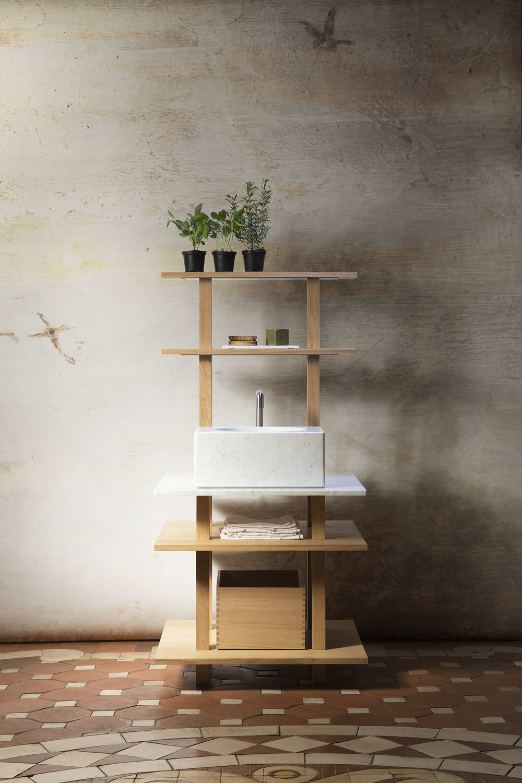 Meuble ouvert étroit en chêne massif huilé pour la cuisine avec évier profond en marbre blanc de carrare, portique éclairant à deux étagères et boîte coulissante de rangement en bois