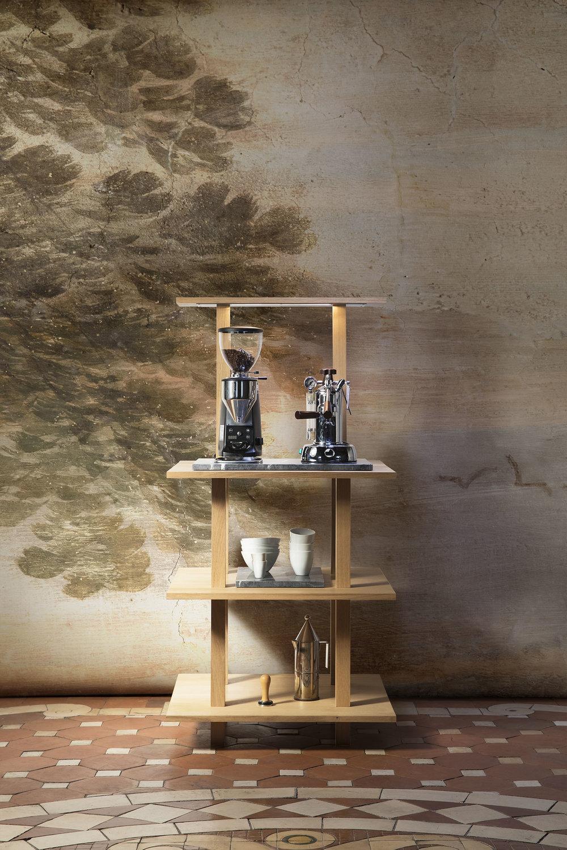 Meuble ouvert étroit en chêne massif huilé pour équiper un coin café ou thé, avec portique éclairant à une étagère et plaques en marbre gris