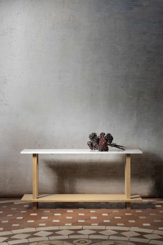 Console en chêne massif huilé pour le salon avec top en marbre blanc de carrare sans étagère intermédiaire
