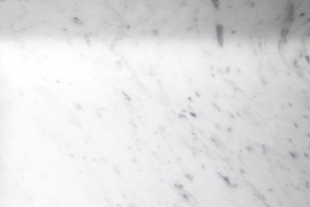 le veinage fin et délicat du marbre blanc de carrare