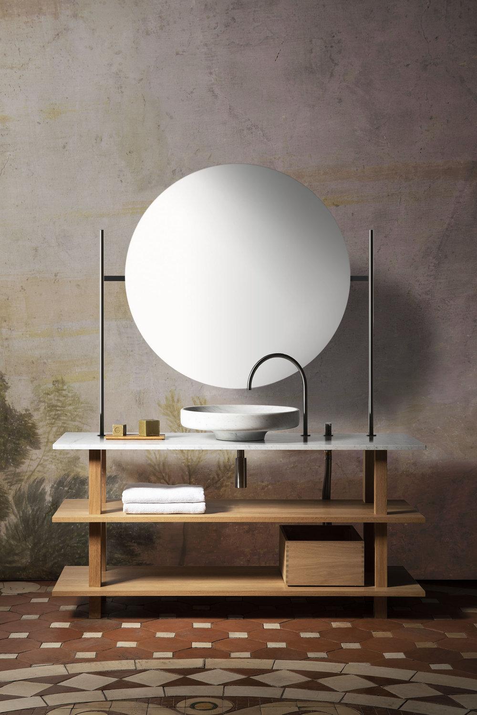 Meuble vasque ouvert en chêne massif huilé pour la salle de bain avec grand lavabo rond en marbre blanc de carrare, robinetterie en inox massif et portique éclairant avec très grand miroir rond