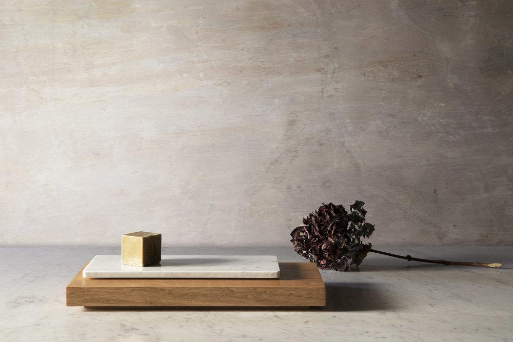 Plaques en chêne et en marbre