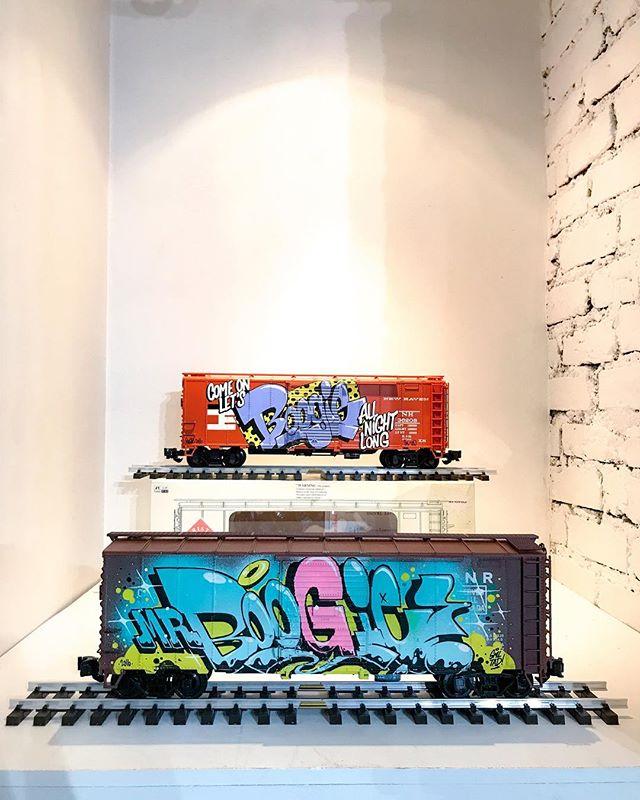 A défaut d'avoir la version grandeur nature 😂😂 || @boogiesml || Exposition FLATMATES au 34 rue du Dragon (Paris 6) . . . #happygallery #loftdu34 #flatmates #boogiesml #train #streetart #graffiti #streetphoto #paris #france #urbanart #arturbain #art #artcontemporain
