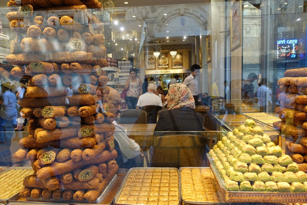 Istanbul | Istikhal street | Baklava shop | muslim woman | ©sandrine cohen
