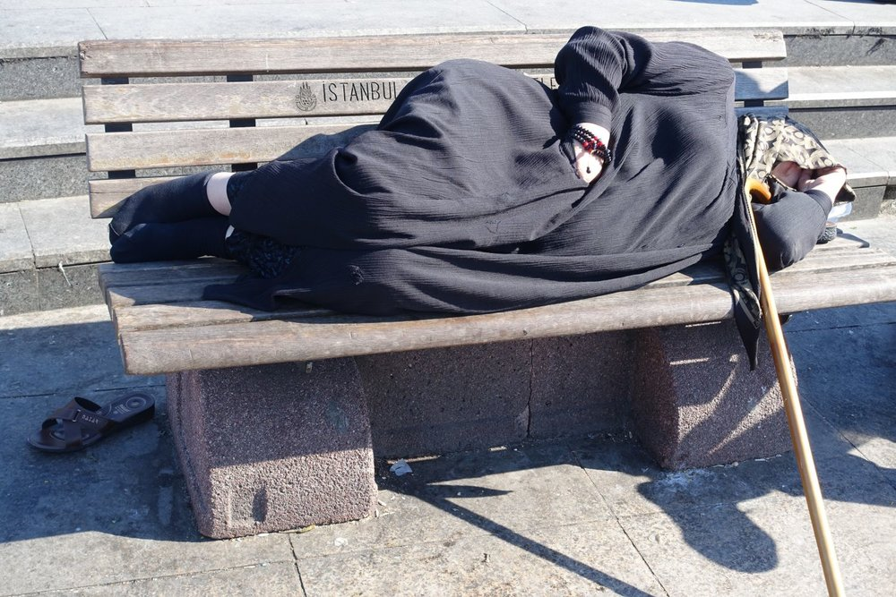 Istanbul | Muslim woman with a cane sleeping on a bench | ©sandrine cohen